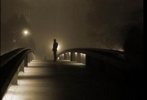 uomo sul ponte